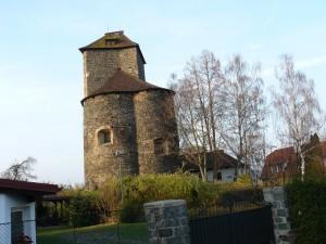 Románská rotunda a hranolovitá věž hradu.
